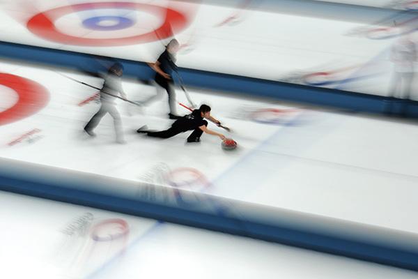 Россиянки победили в первых матчах международного женского турнира по керлингу