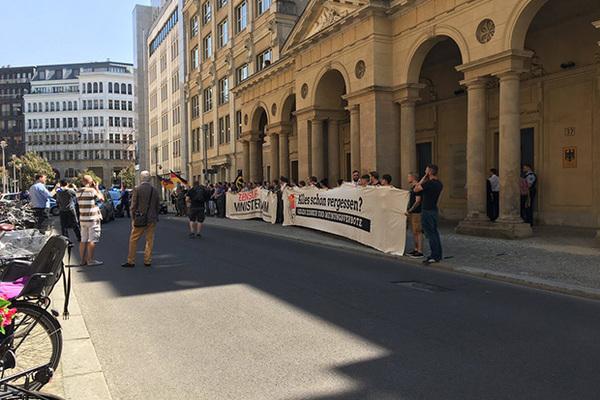 Полсотни протестующих попытались проникнуть в здание Минюста ФРГ в Берлине