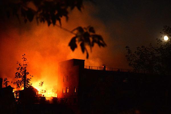 На заброшенном заводе «Серп и молот» снова произошел пожар