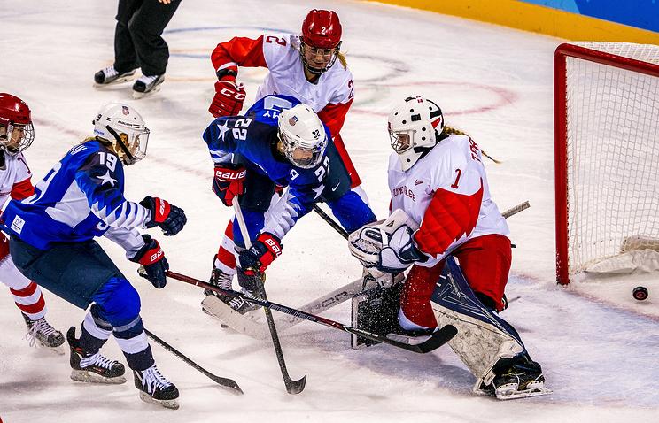 Российские хоккеистки уступили американкам и сыграют в четвертьфинале Олимпиады