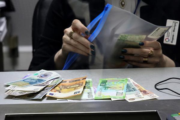 Москвичка обменяла миллион рублей на билеты «банка приколов» вместо евро