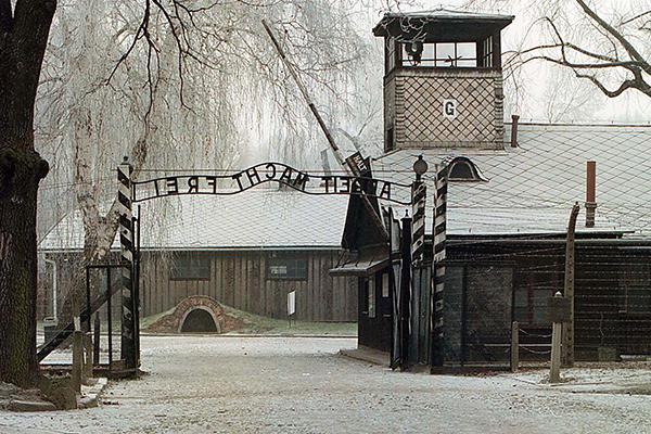 Престарелый охранник Освенцима пойдет под суд как несовершеннолетний