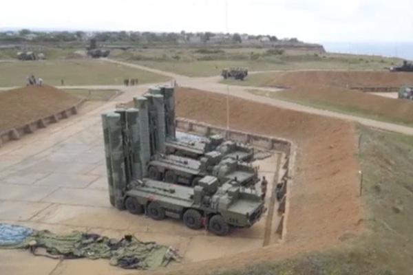 В Крыму развернули надувные С-400