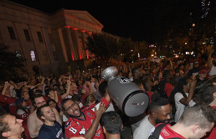 Тысячи болельщиков 'Вашингтона' празднуют победу в Кубке Стэнли на улицах столицы США