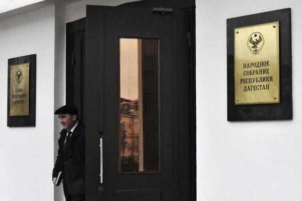 Главного решателя вопросов в Дагестане обыскали и уволили