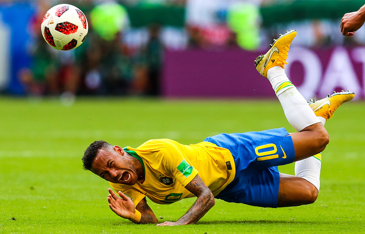 Бразильский футболист Неймар пролежал на газоне почти 14 минут во время матчей ЧМ-2018