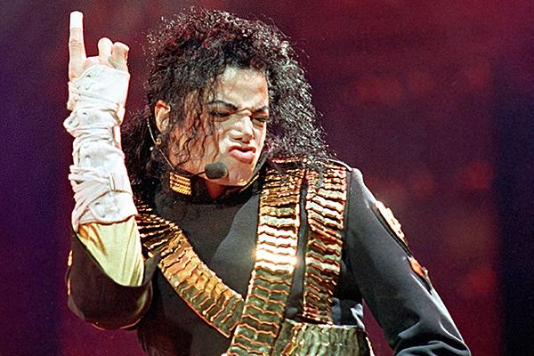 Отца Майкла Джексона обвинили в кастрации сына ради высокого голоса