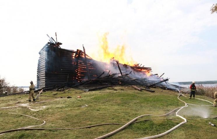 В Карелии горит деревянная церковь XVIII века