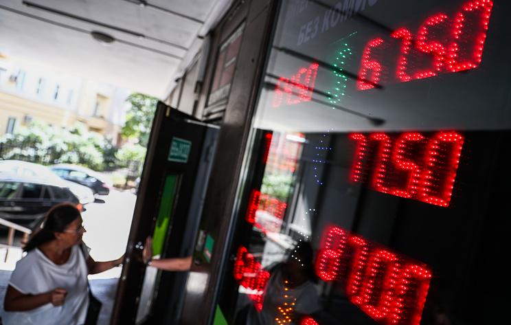 Рубль полностью отыграл утреннее падение к доллару