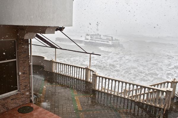 В Керченском проливе с тонущего буксира спасли моряков