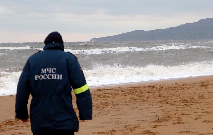 Забравший моряков со спасательного плота сухогруз не может зайти в Керчь из-за непогоды