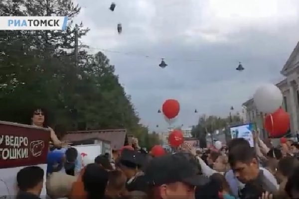 Россиян забросали пирожными