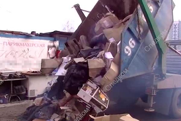 Развозивший деликатесы мусоровоз попал на видео