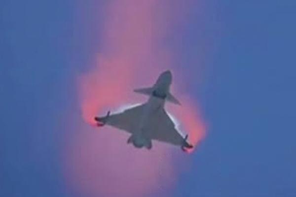 J-10B выполнил «кобру Пугачева» и «кленовый лист»