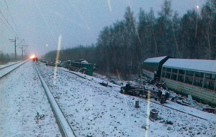 Причиной схода грузовых вагонов в Омской области мог стать дефект рельса