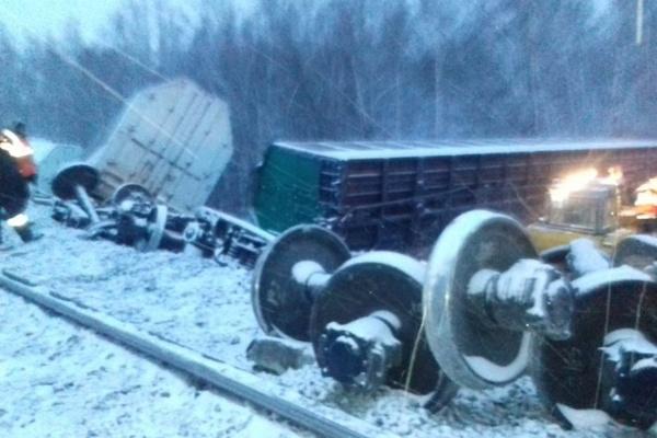 Появились снимки с места крушения вагонов с военной техникой в Омской области