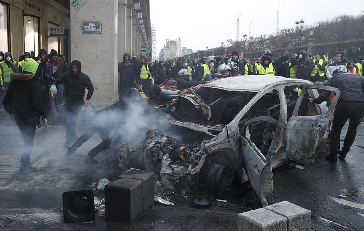 Власти Франции могут ввести режим ЧП в связи с уличными беспорядками