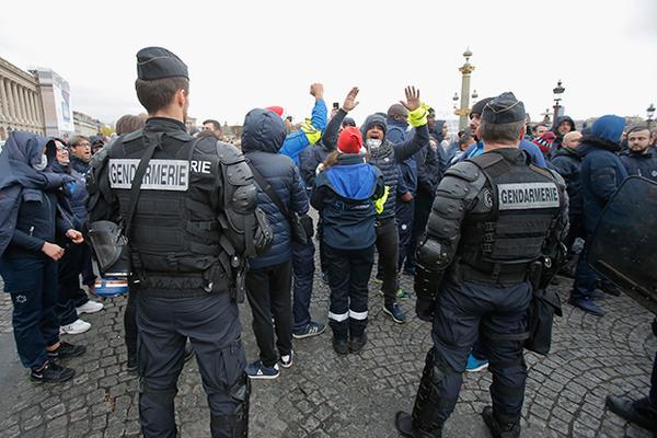 «Желтые жилеты» разгромили Триумфальную арку в Париже