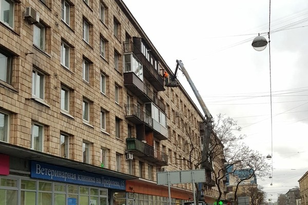 В Санкт-Петербурге снесли балконы под предлогом борьбы с сосульками