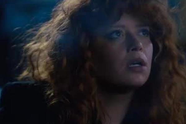 Сериал Netflix про постоянно умирающую женщину приняли за байопик о Пугачевой