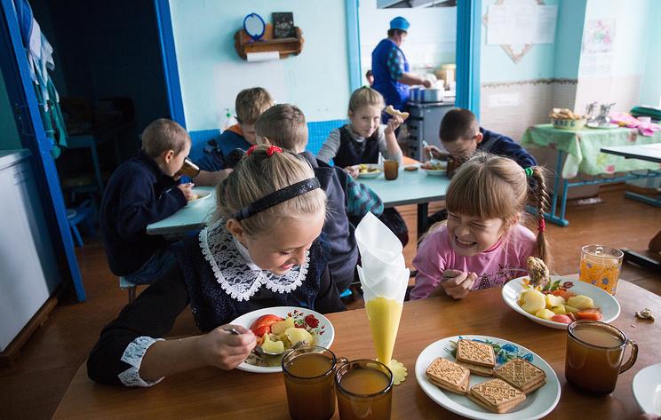 Роспотребнадзор уточнит, какие продукты могут приносить дети в школу из дома