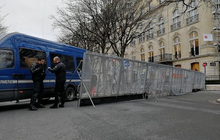 Елисейские Поля перекрыли стальным забором в преддверии акции 'желтых жилетов'