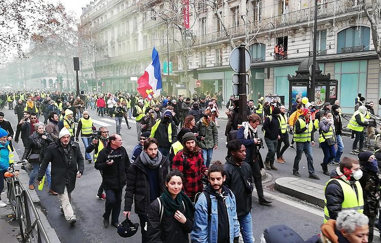 """СМИ: в манифестациях """"желтых жилетов"""" во Франции участвуют 32 тыс. человек"""