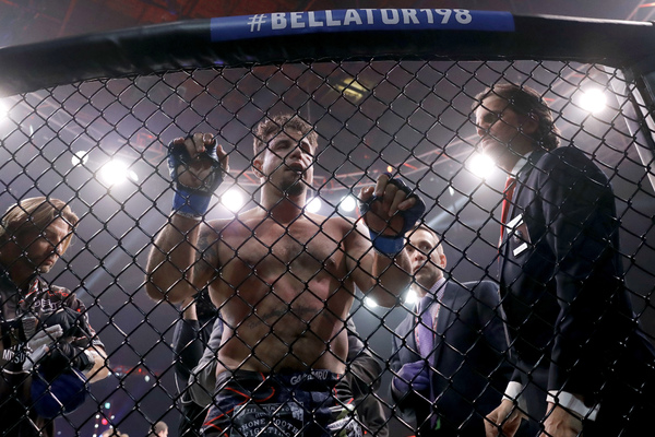 Бывший чемпион UFC подался в рестлинг после кровавого поражения