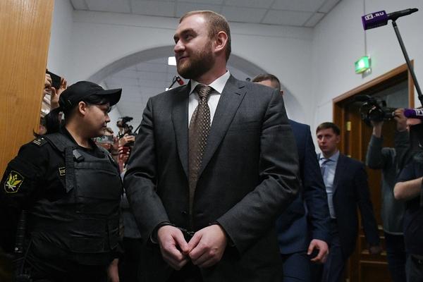 Сенатор Арашуков начал есть тюремную еду