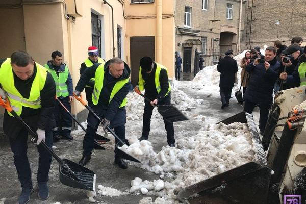 Глава Петербурга взял лопату и вывел чиновников на улицы