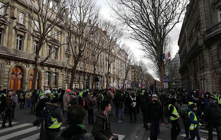 AFP: манифестанту у Нацсобрания Франции взрывом гранаты оторвало кисть руки
