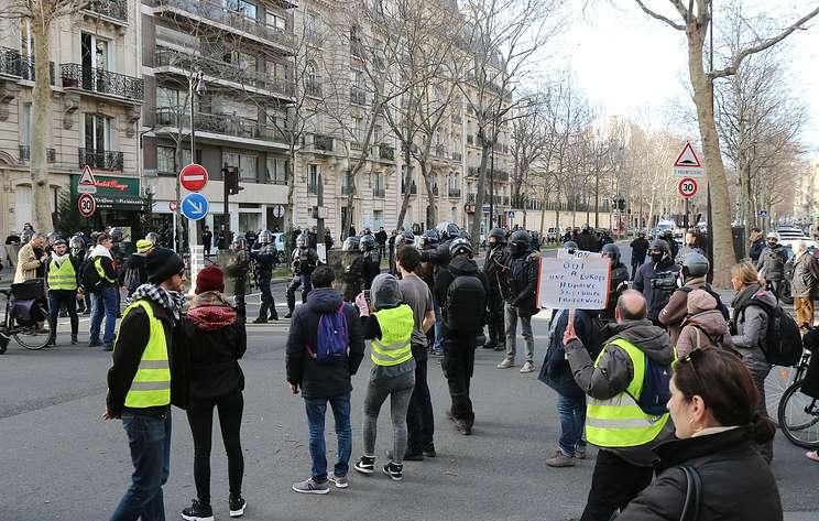 """Очередная волна протестов """"желтых жилетов"""" не обошлась без столкновений с полицией"""