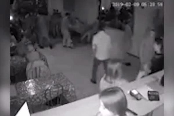 Массовая драка между чеченцами и татарами в кафе попала на видео