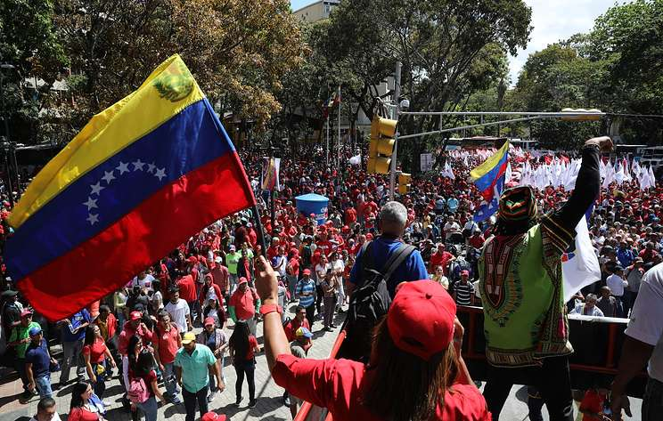 Митинг сторонников Мадуро в Каракасе проходит в спокойной обстановке