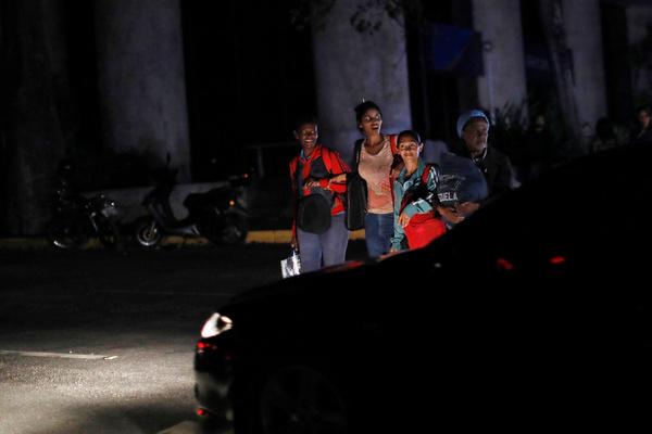 Венесуэльцам вернули свет
