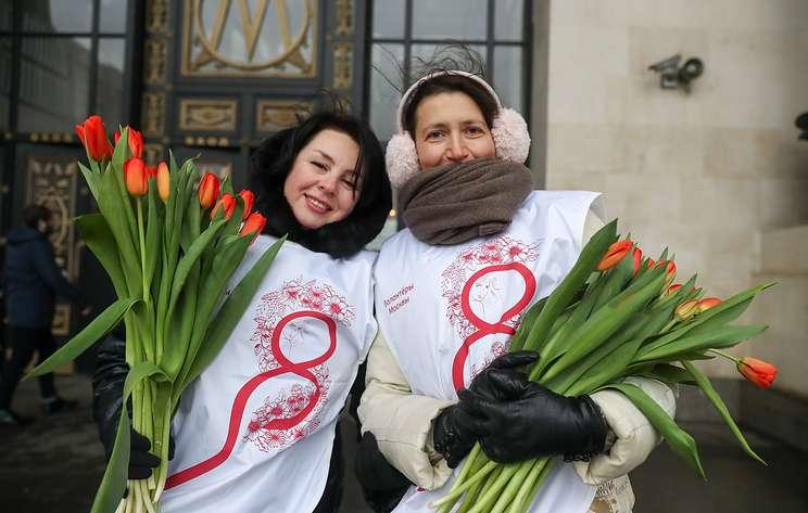 Танковый балет, тысячи тюльпанов, музыка в метро. Как поздравляли женщин в регионах России
