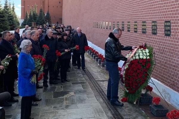 Рогозин перед могилой Гагарина озаботился положением надписи «Роскосмос»