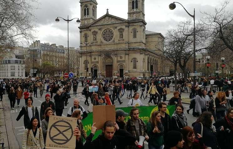 СМИ: во Франции тысячи студентов вышли на манифестации против загрязнения окружающей среды