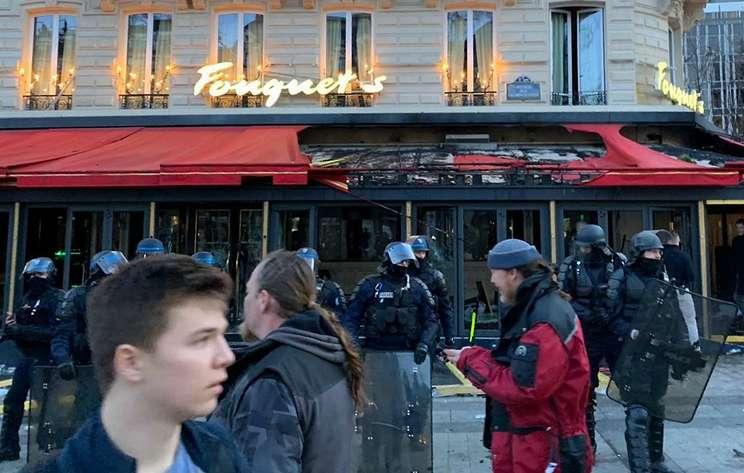 """""""Желтые жилеты"""" разгромили террасу ресторана Le Fouquet's в Париже"""