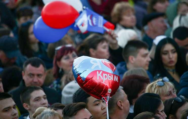 Концерт и салют. 30 тыс. человек празднуют воссоединение с РФ в столице Крыма