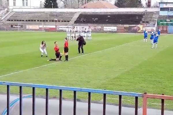 Футбольный судья сделал предложение другому во время матча