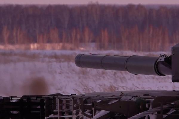 Удар Т-80БВМ по цели управляемой ракетой попал на видео