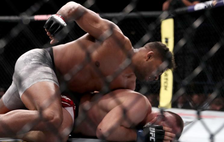 Олейник проиграл Овериму на глазах у Нурмагомедова на турнире UFC в России