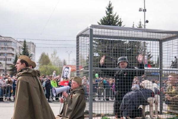 На параде в Нижнем Тагиле показали «фашиста» в клетке