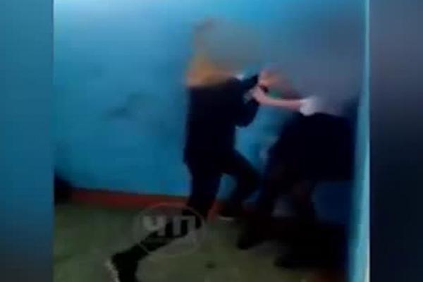 Российская школьница избила девочку-подростка из-за георгиевской ленточки