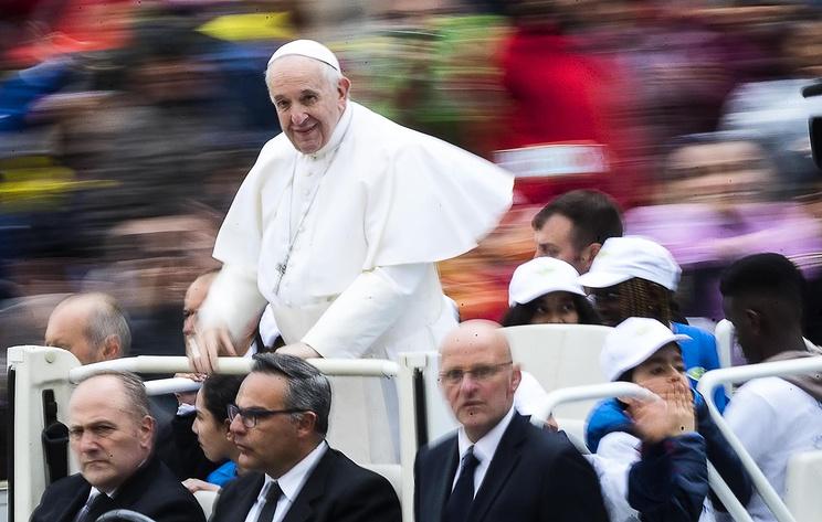 Папа Римский прокатил детей-мигрантов на своем папамобиле