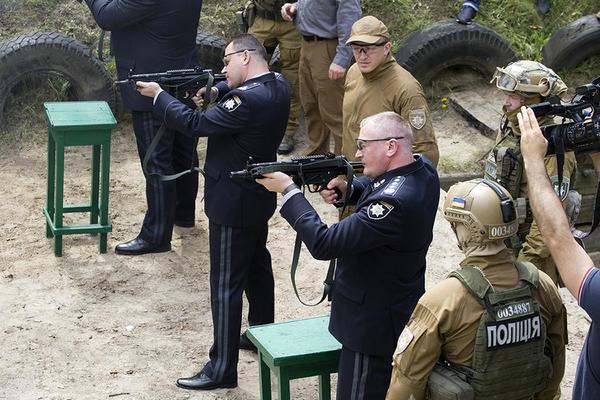 Украинская полиция решила отказаться от автоматов Калашникова