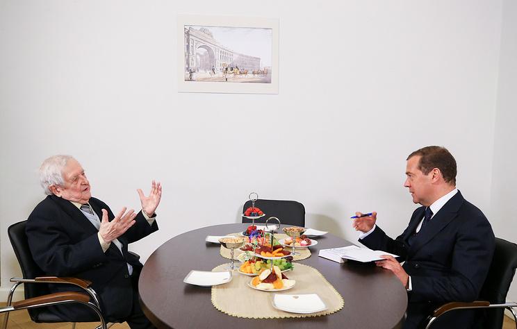 Медведев подарил книгу своему бывшему преподавателю