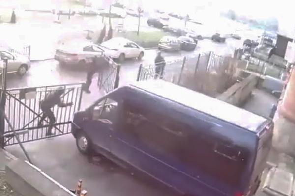 Нелепая погоня спецназа за подозреваемым попала на видео