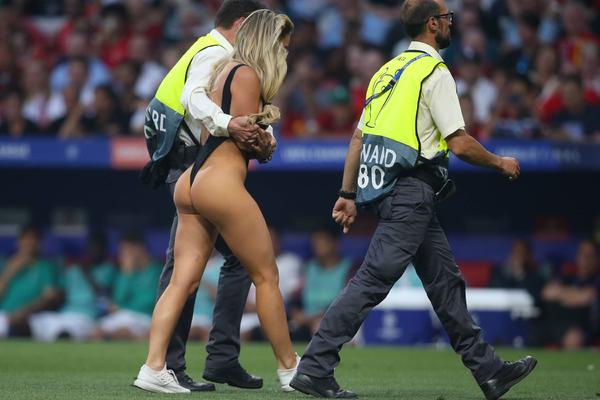 Прервавшую финал Лиги чемпионов полуголую модель наказали